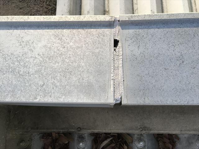 さいたま市北区劣化した屋根の塗膜テープ