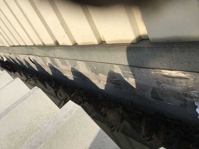 さいたま市北区倉庫事務所屋根落葉で水溜まる雨どい