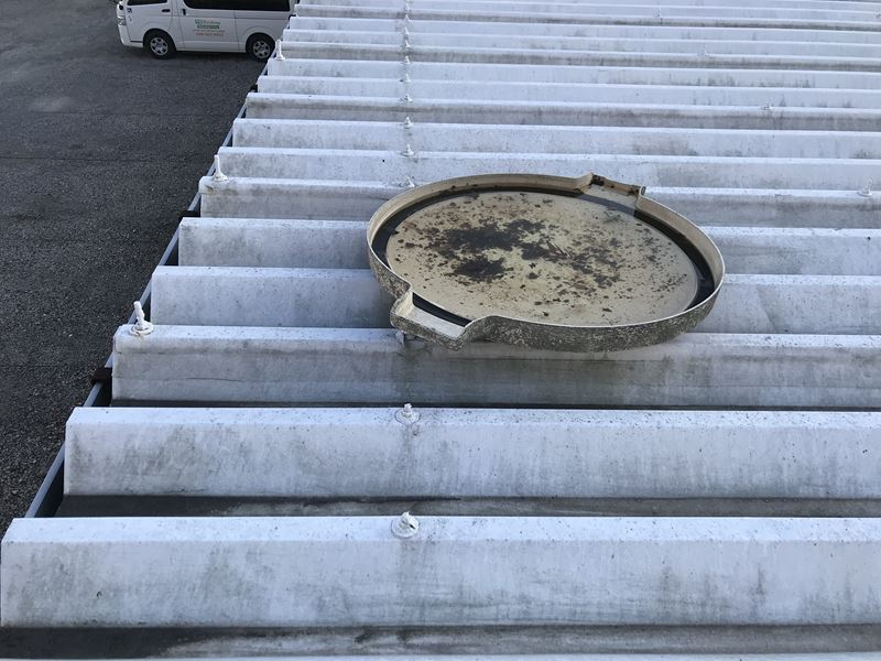 さいたま市北区賃貸倉庫屋根点検で屋根上に見つかった貯水槽蓋