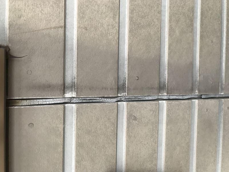さいたま市岩槻区サイディング目地の劣化で痩せひび割れズレ落ちているシーリング材