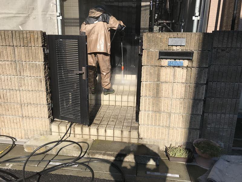 さいたま市岩槻区塗装前に玄関廻りを高圧洗浄