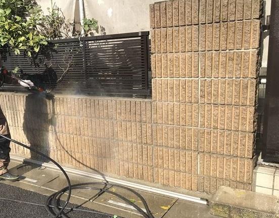 さいたま市岩槻区塗装前に門塀を高圧洗浄