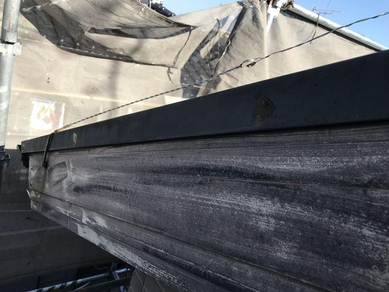 さいたま市岩槻区塗装前に屋根の板金止め釘の補修コーキング作業