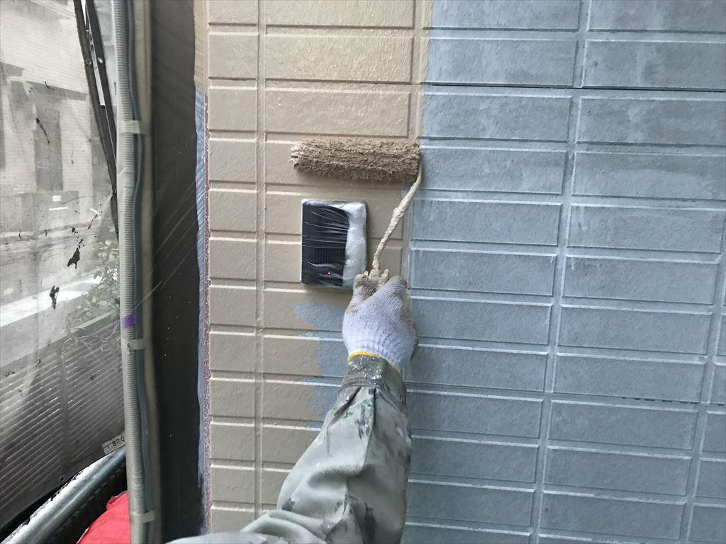 さいたま市岩槻区外壁塗装アステックペイント「超低汚染リファイン1000Si-IR」で中塗り