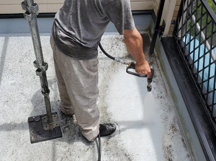 上尾市日の出町塗装前の高圧洗浄2階ベランダ部分