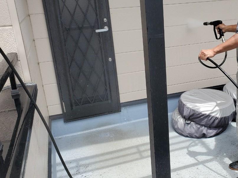 上尾市日の出町塗装前の高圧洗浄1階玄関部分