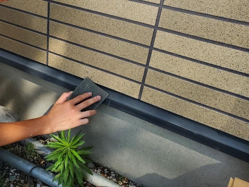 上尾市日の出の外壁塗装の付帯鉄部シャッターBOX 庇水切り等の塗装です