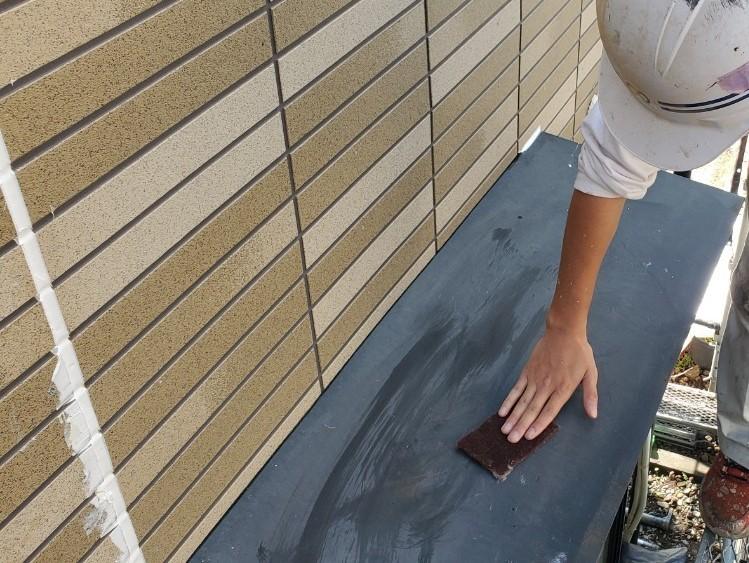上尾市外壁塗装出窓庇のケレン作業