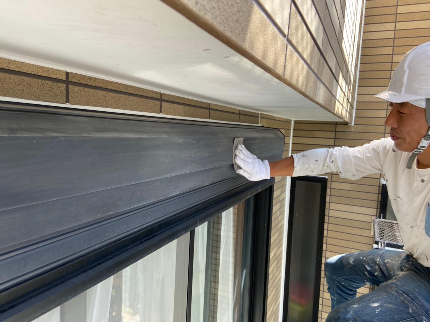 上尾市外壁塗装シャッターBOXのケレン作業
