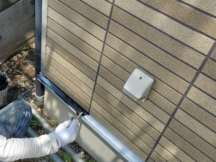 上尾市外壁塗装水切りの中塗り作業