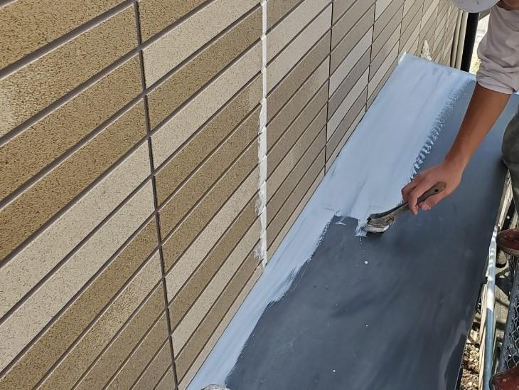 上尾市外壁塗装出窓庇の錆止め下塗り作業