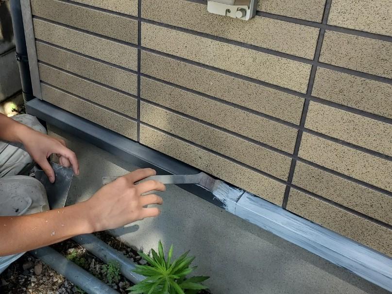 上尾市外壁塗装水切りの錆止め下塗り作業