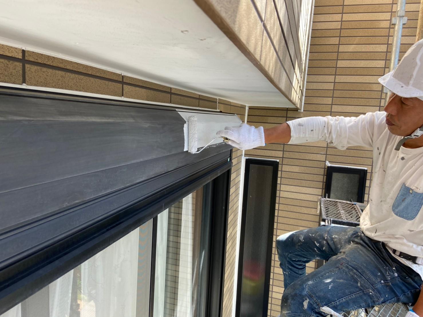 上尾市外壁塗装シャッターBOXの錆止め下塗り作業