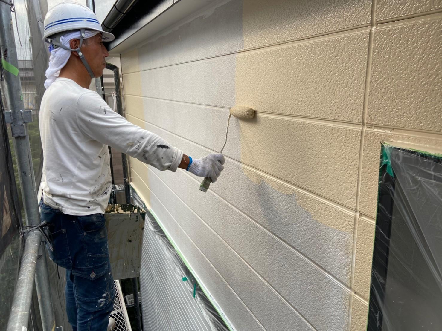 上尾市サイディング外壁2階に遮熱塗料で中塗り作業