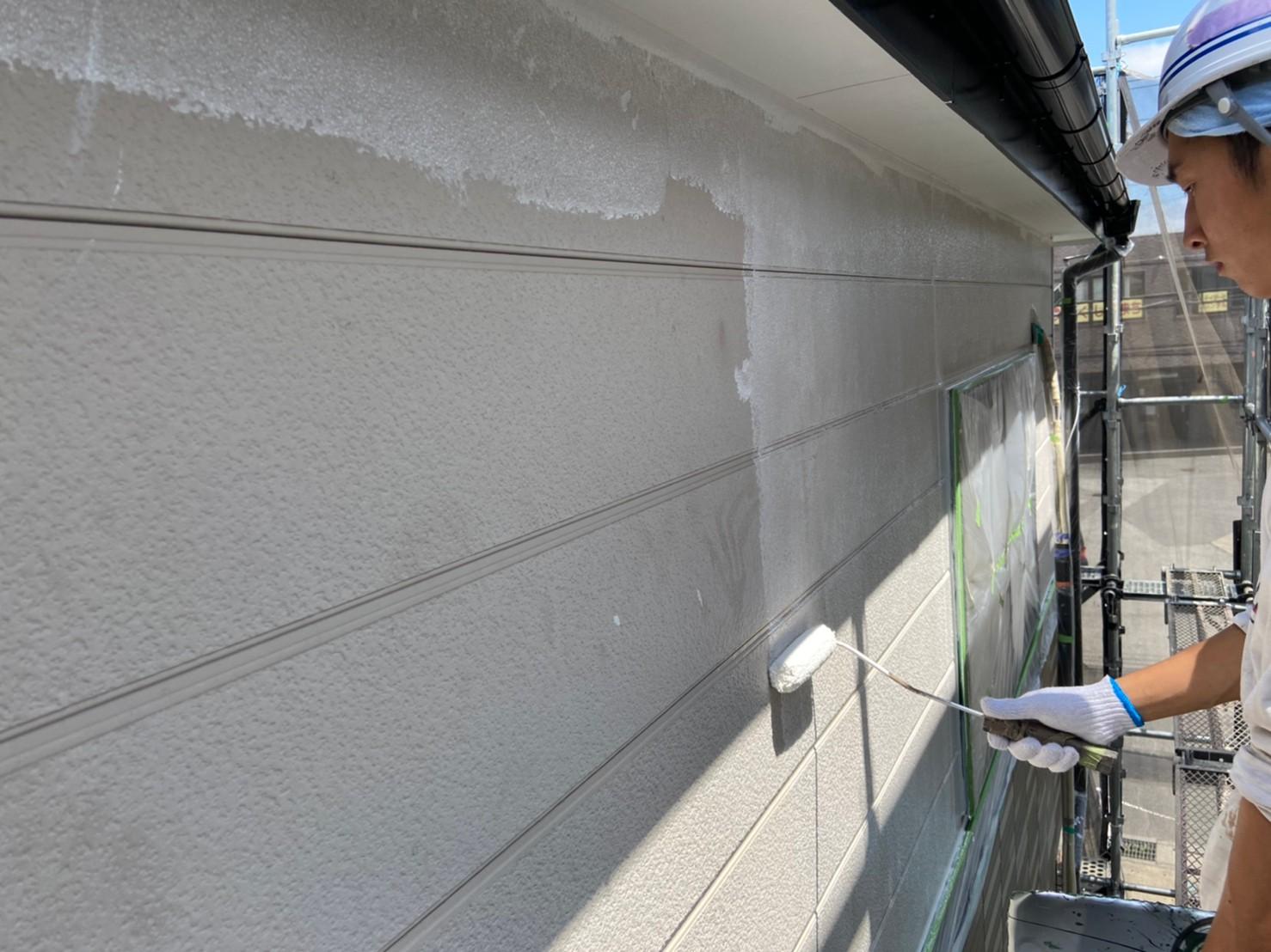 上尾市サイディング外壁2階に遮熱塗料で下塗り作業