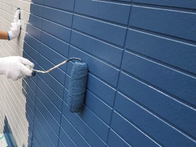 上尾市サイディング外壁1階に遮熱塗料で中塗り作業