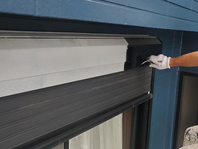 上尾市外壁塗装シャッターBOXの中塗り作業