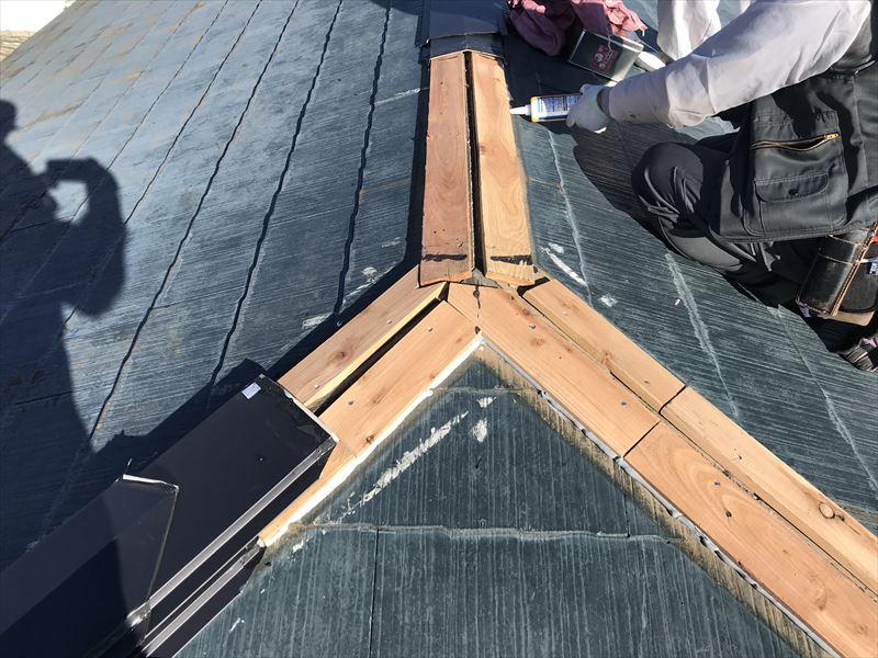 伊奈町棟板金交換工事貫板とスレート瓦の間にコーキング