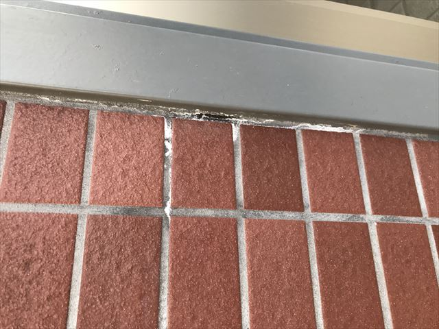 白岡市アパートレンガ調タイル外壁目地の劣化