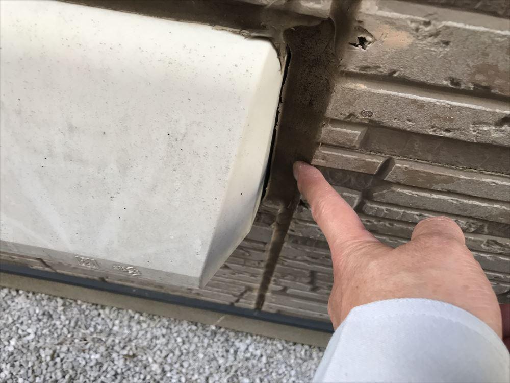 上尾市サイディング外壁換気口フードまわりの目地劣化