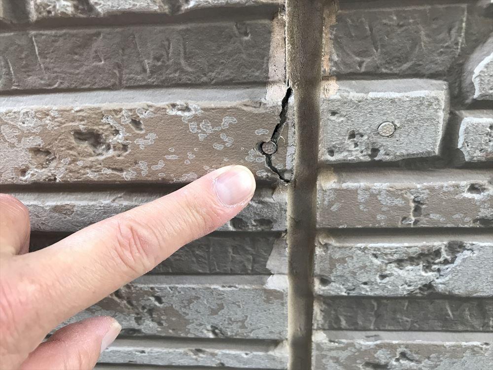 上尾市東外壁サイディング止めビス付近ひび割れ