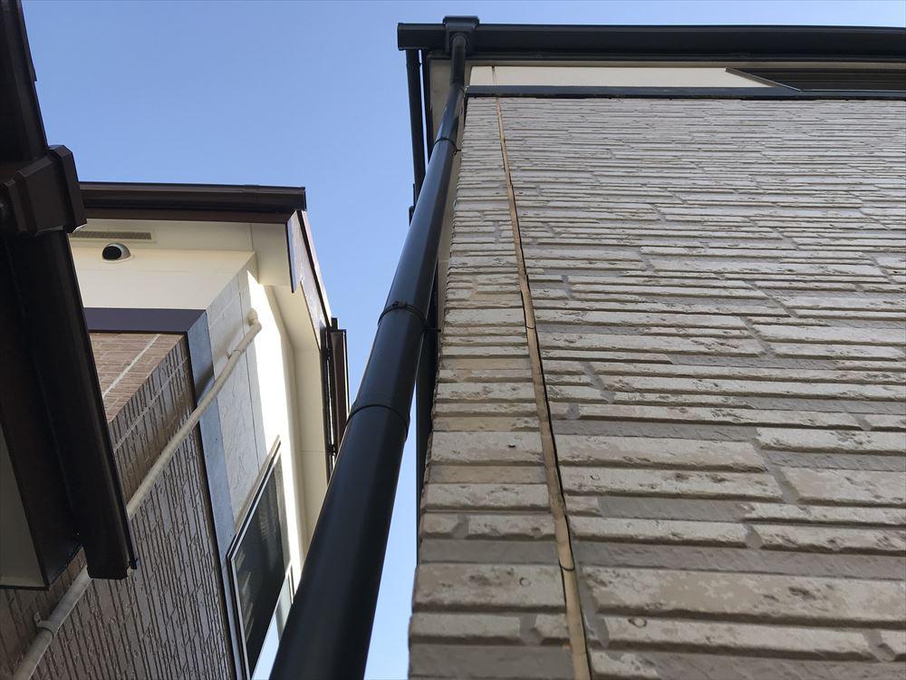 上尾市のサイディング外壁シーキング(コーキング)目地の上から下まで劣化