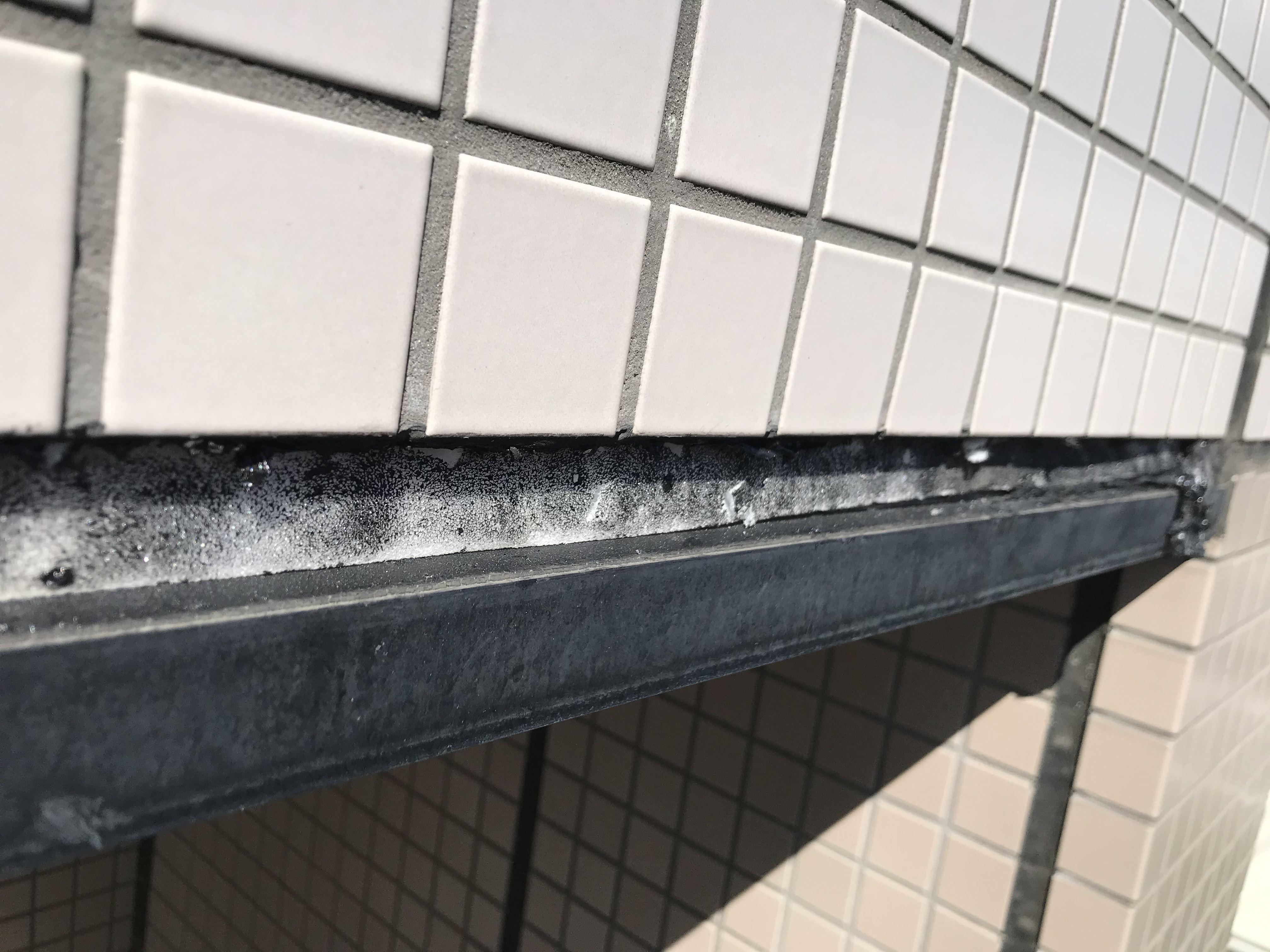 さいたま市北区マンションタイル外壁劣化でシーリング材が取れている目地