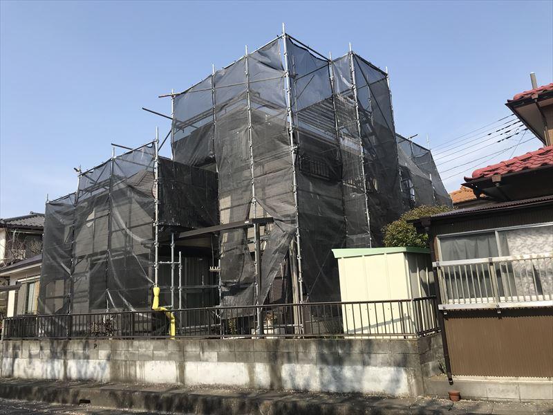 伊奈町の塗装工事用仮設足場のメッシュシート張り終了