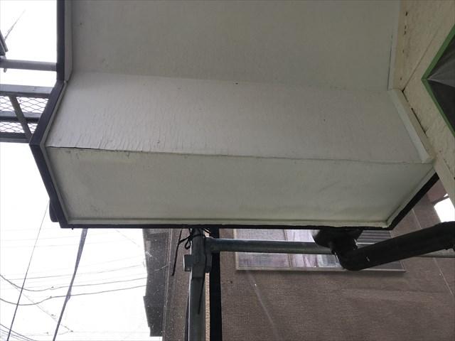 伊奈町の外壁塗装前に補修する予定の玄関上軒天向かって左側