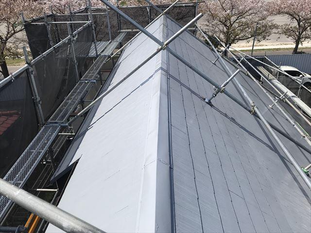 伊奈町の急勾配スレート屋根の下塗り完了