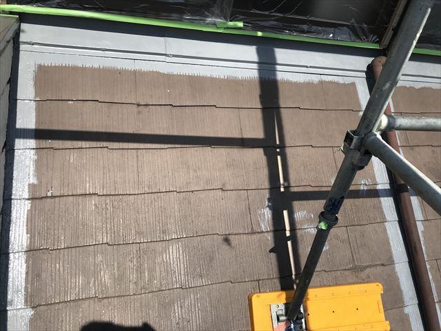 伊奈町でアステックのサーモテックシーラーを使いスレート屋根の端を下塗り
