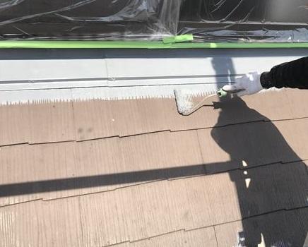 伊奈町でアステックのサーモテックシーラーを使いスレート屋根の端を下塗り作業
