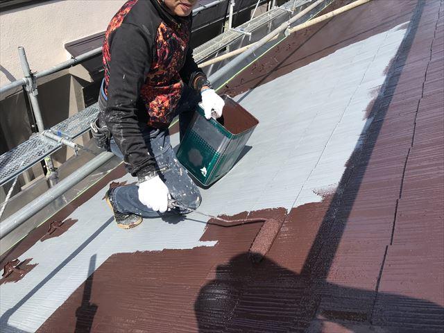 伊奈町スレート屋根にアステックスーパーシャネツサーモで中塗り作業