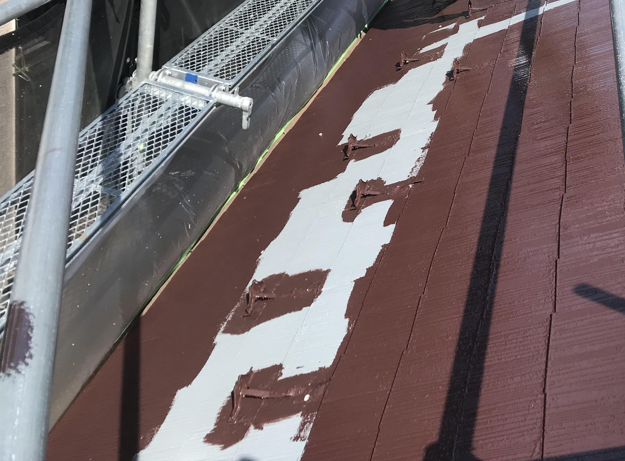 伊奈町スレート屋根にアステックスーパーシャネツサーモで雪止めを除けて中塗り作業