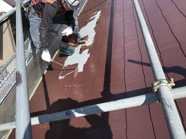 伊奈町スレート屋根にアステックスーパーシャネツサーモで雪止め付近の中塗り作業
