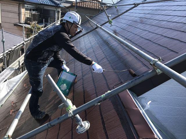 伊奈町急勾配スレート屋根の上塗り作業