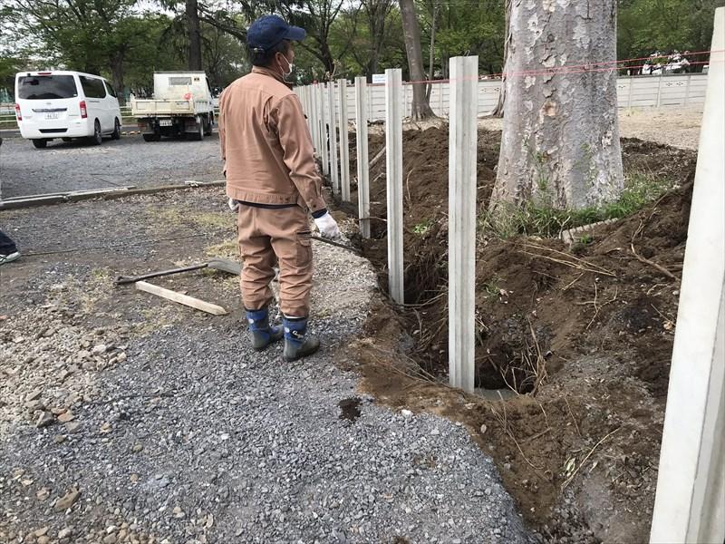 さいたま市北区万年塀のすべての支柱をコンクリートで固定