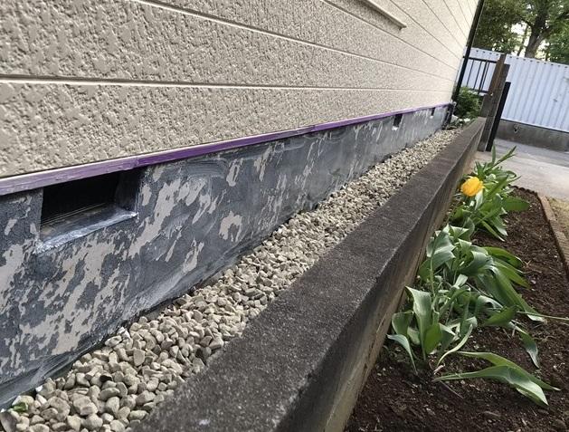 伊奈町の基礎部分塗装を養生の後下塗り