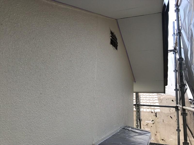 上尾市の外壁塗装矢切部分の中塗り完了