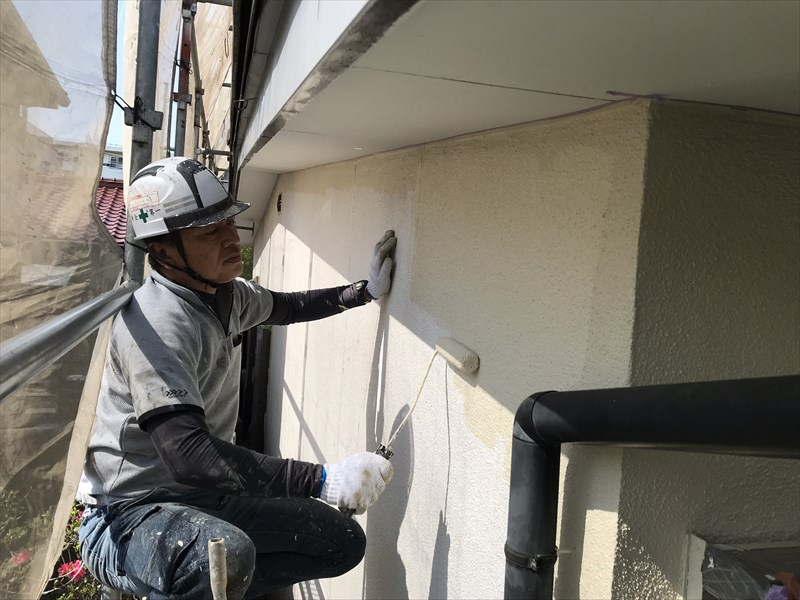 上尾市の外壁塗装1階上部の中塗り