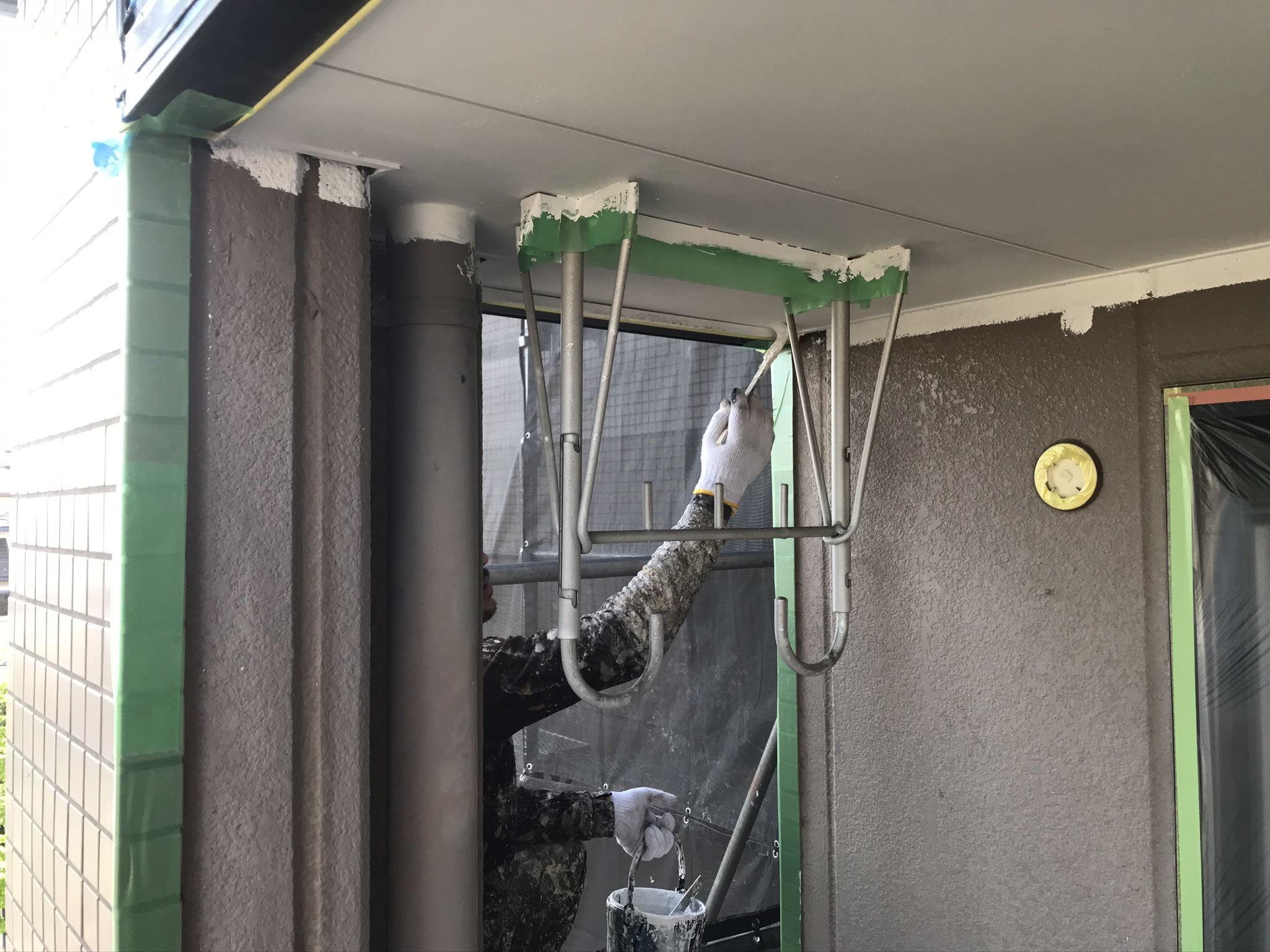 さいたま市北区のマンションベランダ内の軒天の端刷毛で塗装