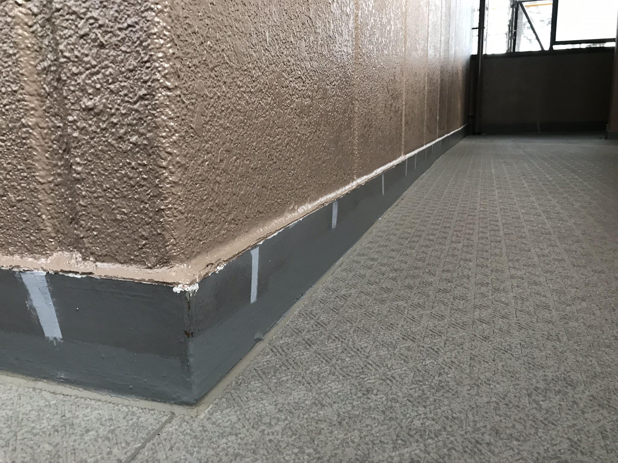 さいたま市北区マンション共用部廊下巾木塗装前ヒビ補修コーキング