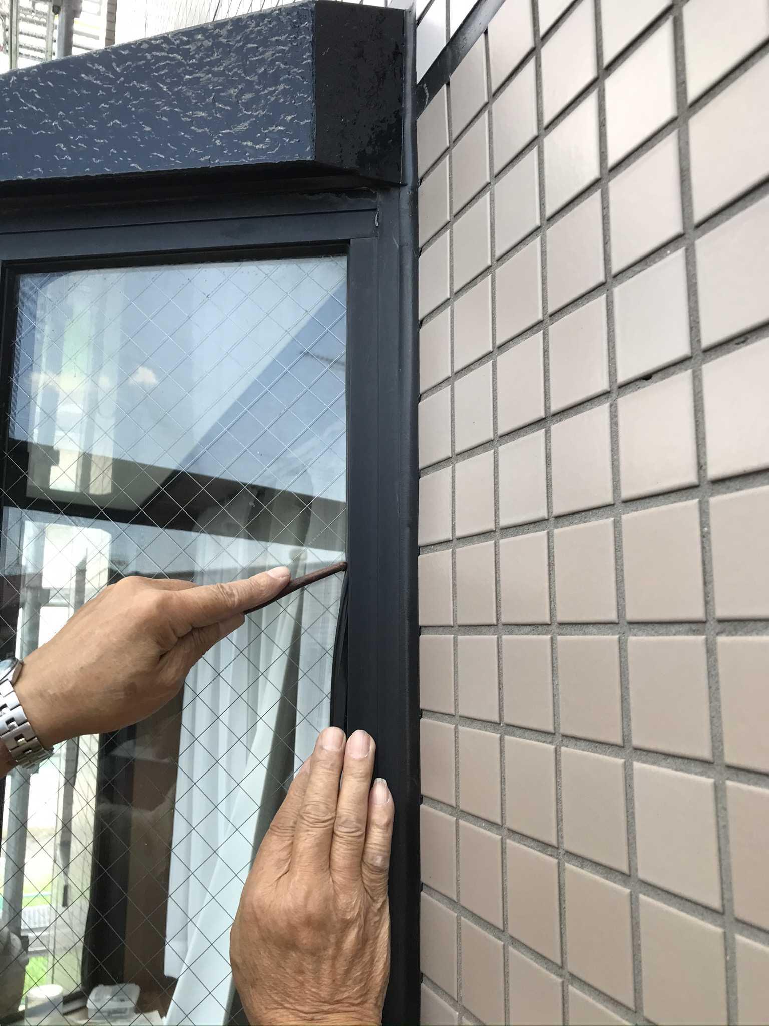 さいたま市北区マンションで劣化した窓ガラス止めゴムパッキンを歯止めを使い交換中