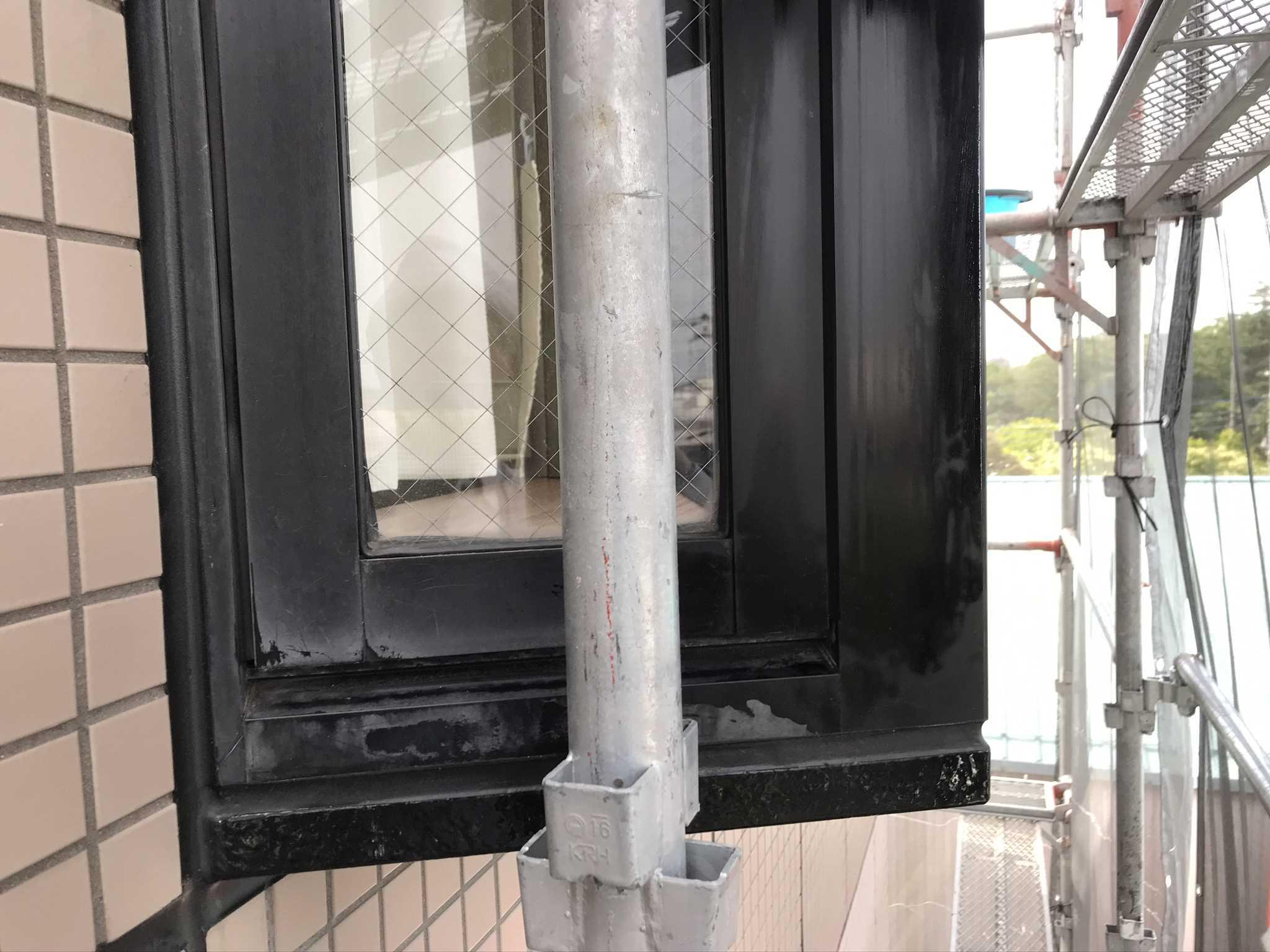 さいたま市北区マンションアルミ製小窓枠の汚れ落とし前