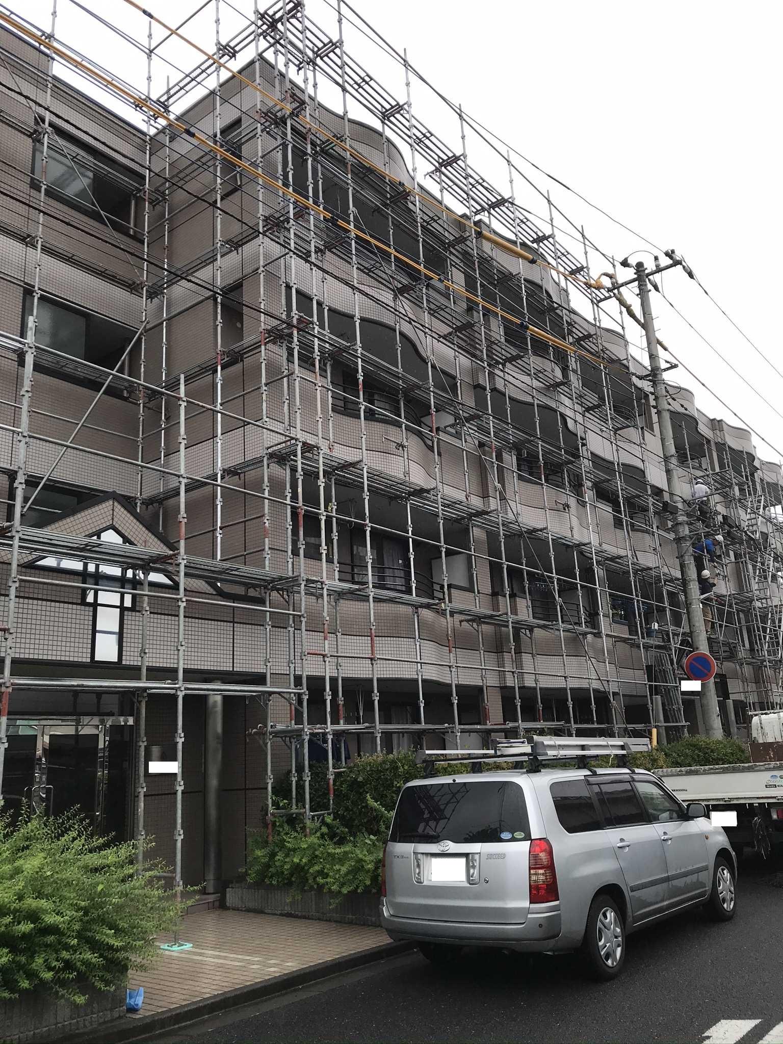さいたま市北区マンション外壁タイル補修及び塗装工事終了し足場解体と清掃です