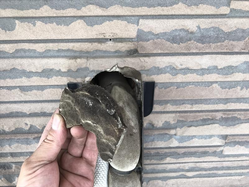 伊奈町の外壁塗装前にエアコン配管カバー取外し