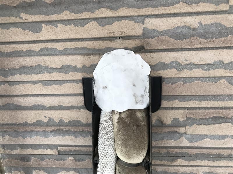 伊奈町の外壁塗装前にエアコン配管取付口パテ交換