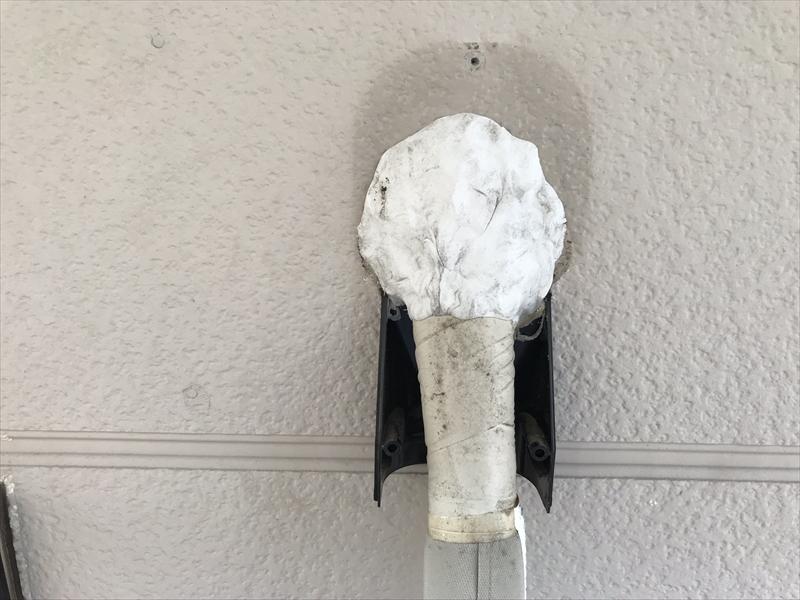 上尾市エアコン配管取出し口のパテ交換