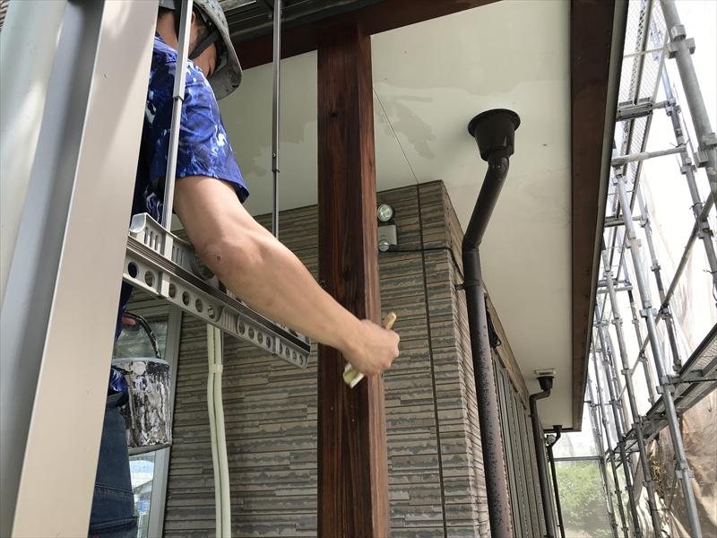 伊奈町の外壁塗装時に黒ずんだテラスの木製柱をあく洗いのあく抜き剤工程