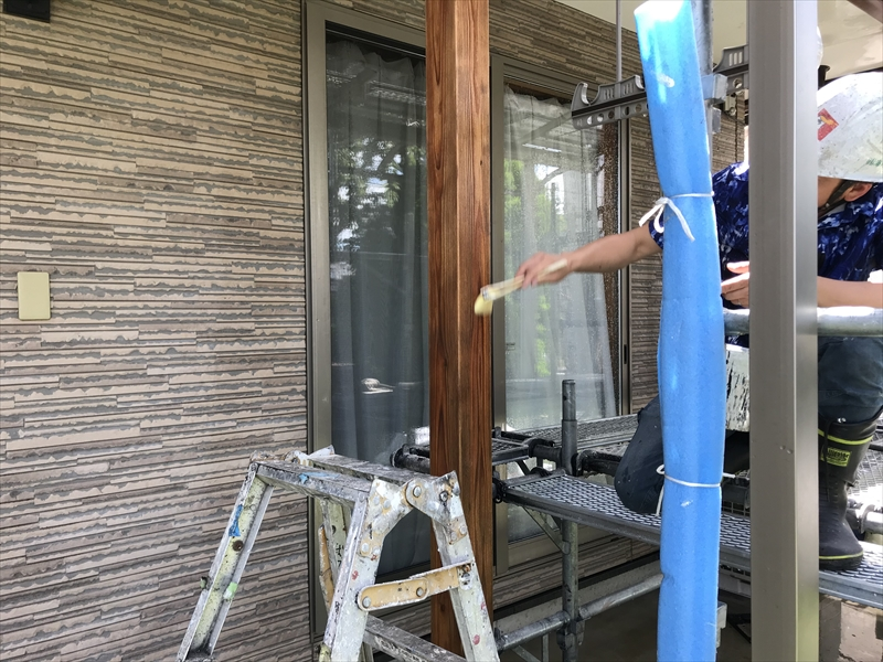 伊奈町の外壁塗装時に黒ずんだテラスの木製柱をあく洗い染み抜き工程